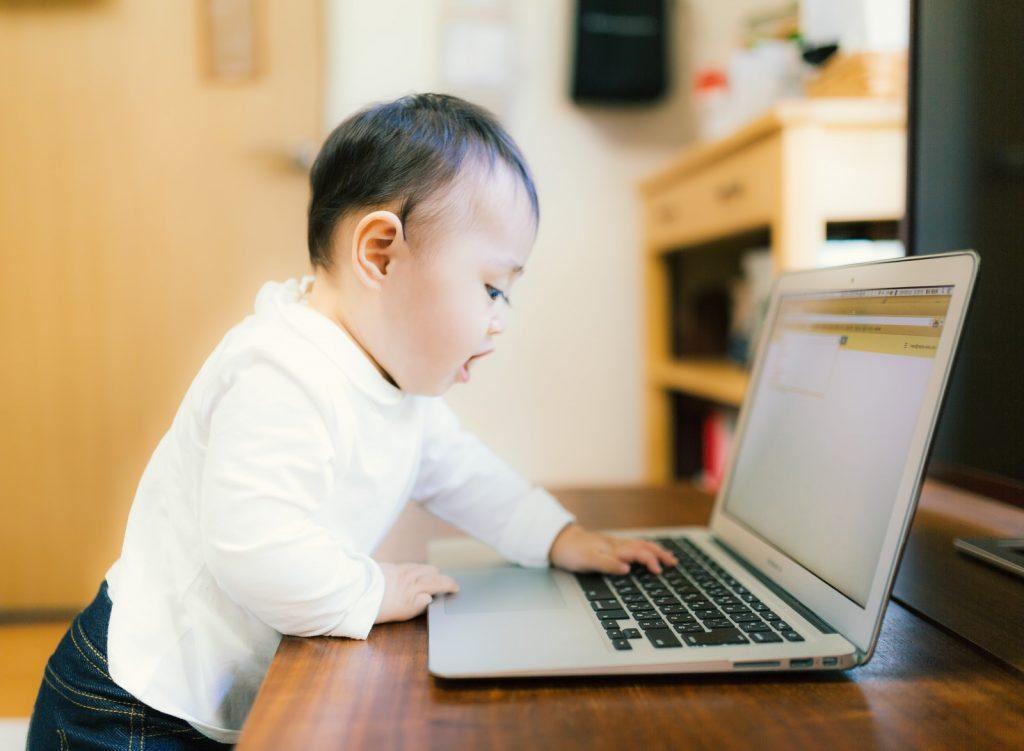 赤ちゃんとノートPC