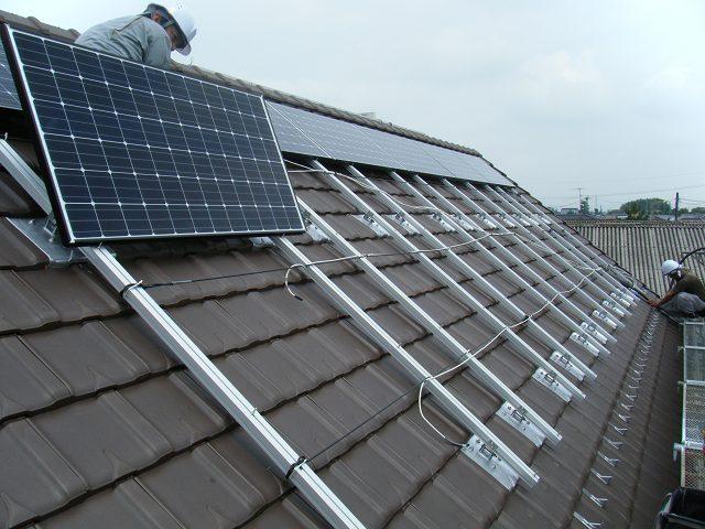 太陽光パネル設置工事の途中
