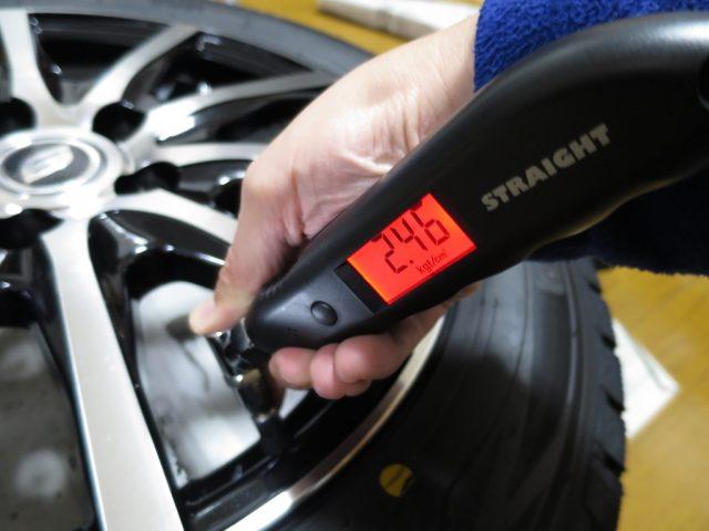 スタッドレスタイヤの空気圧をチェック