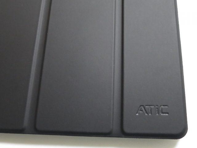 ATiC Fire HD 10用ケースのフタに刻まれているATiCロゴ