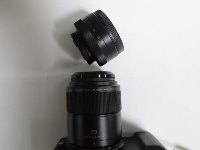 LUMIX G MACRO 30mm / F2.8にETSUMIのメタルインナーフードを取り付けて最短撮影している様子