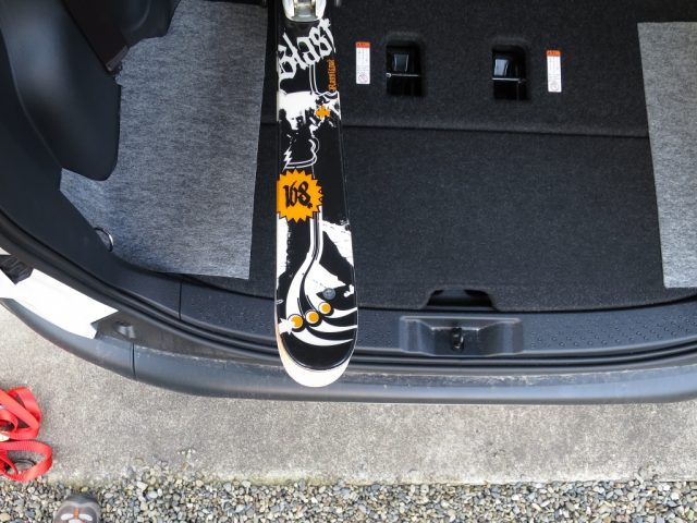 シエンタの車内にスキー板