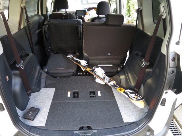 シエンタの車内に斜めにスキー板を載せる