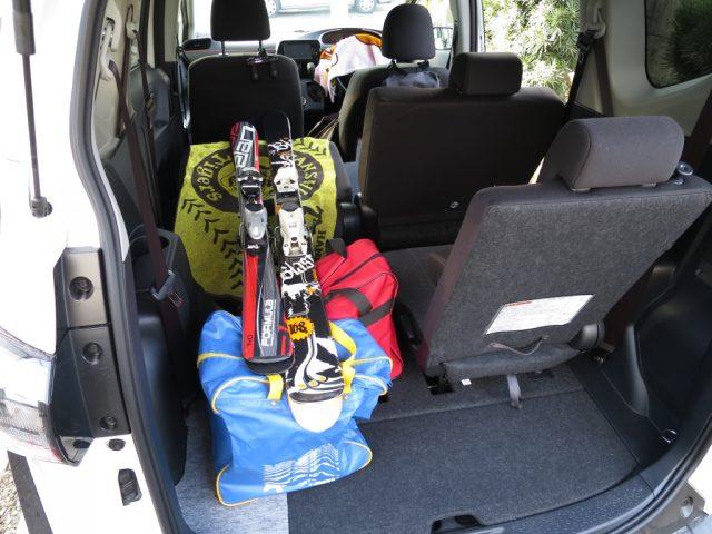 新型シエンタの車内にスキー板を積んで4人乗車