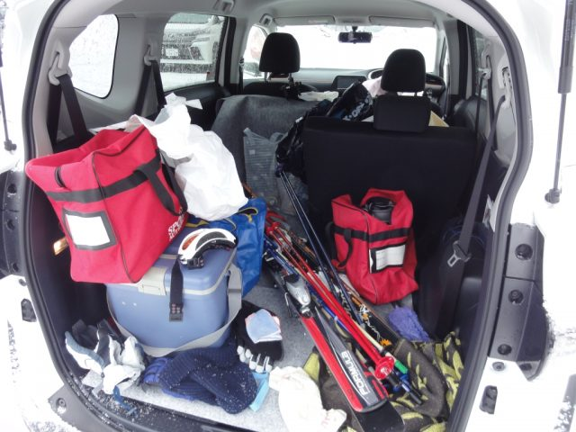 シエンタにスキーの荷物を積んだ状態