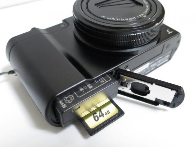 DMC-TX1のバッテリーとSDカードのスロット