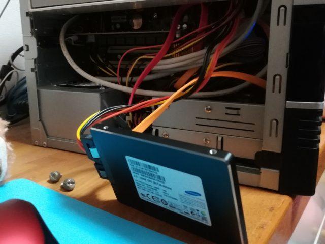 SSDを仮接続します