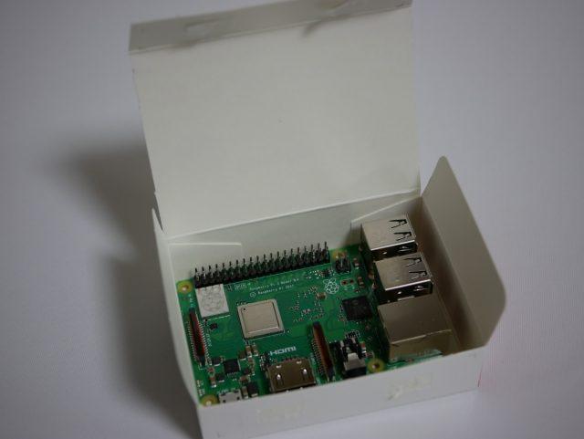 Raspberry Pi 3 Model B+の箱を開けたところ