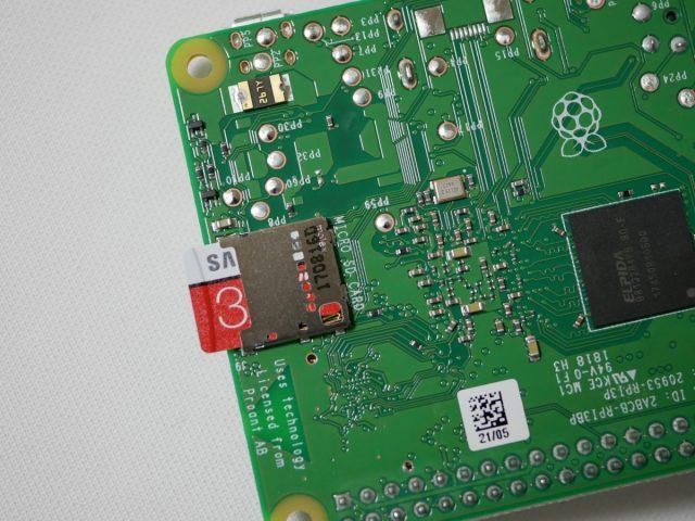 Raspberry Pi 3 Model B+にmicroSDを挿入