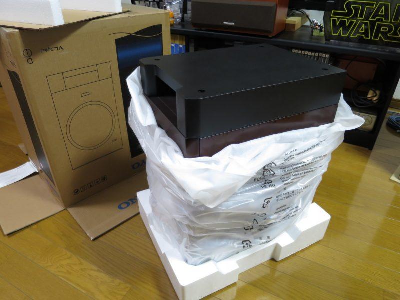 SL-D501を逆さにして箱から取り出す