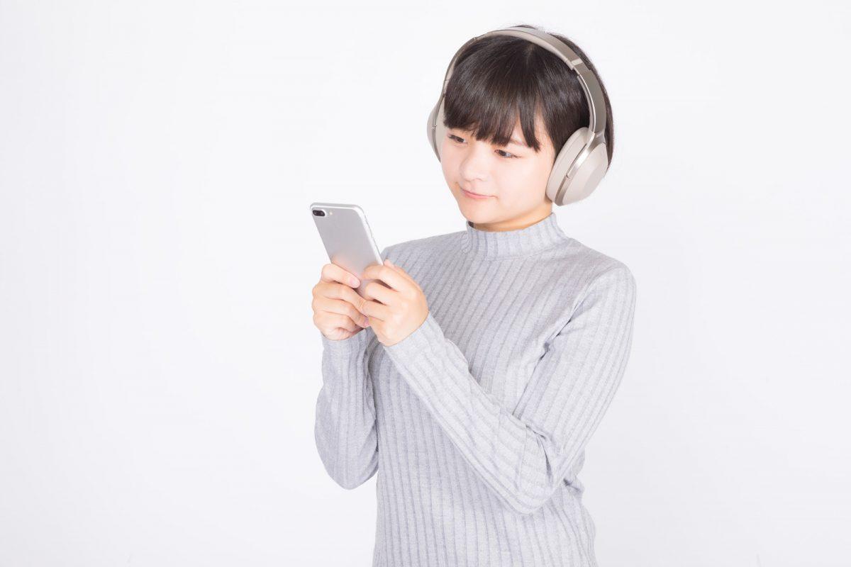 スマホで音楽を聞く女性
