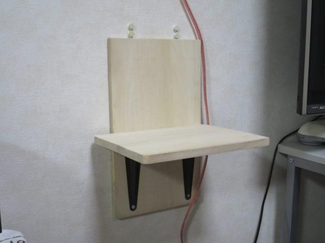 自作壁掛けスピーカースタンドを壁に「かけまくり」で取り付け