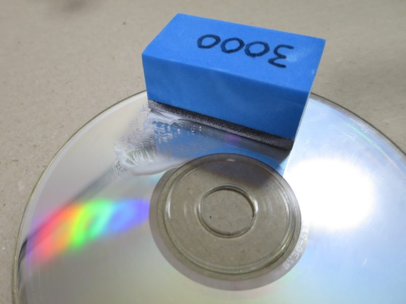 CDを3000番のコンパウンドで磨く