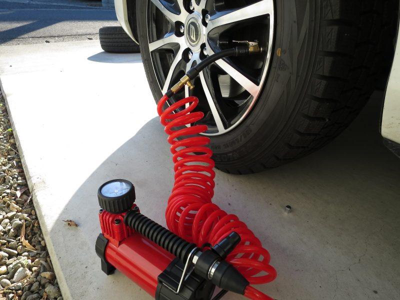 車のタイヤ空気入れ クリップ式簡単取り付けチューブとエアーコンプレッサー