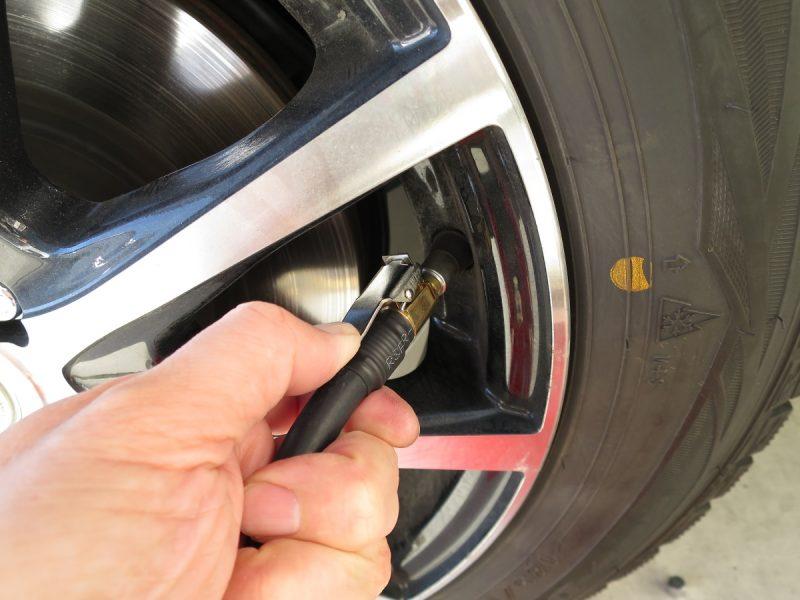 車のタイヤ空気入れ クリップ式簡単取り付けチューブ(取り付け方)