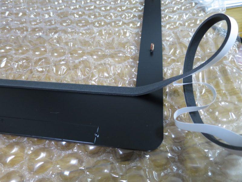 テーブル筐体液晶モニターキット エスカッションに隙間テープを貼る