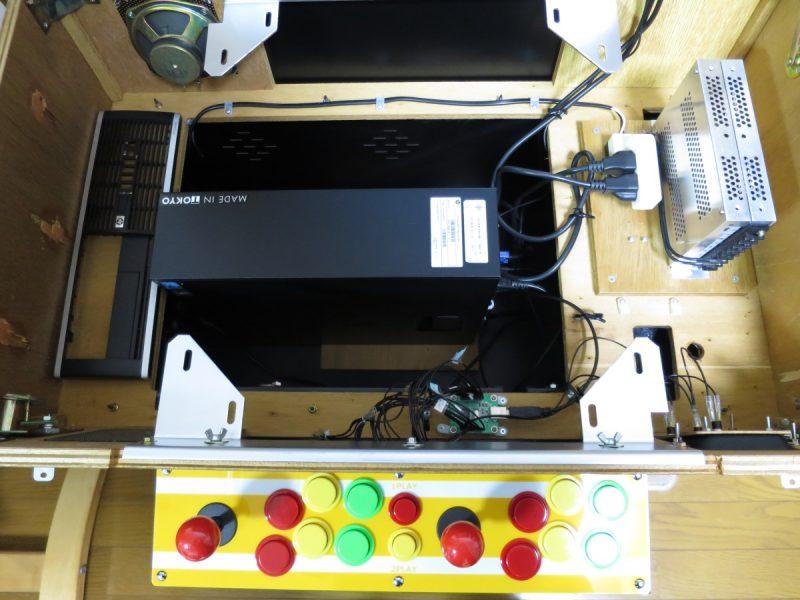 テーブル筐体内に設置されたパソコン